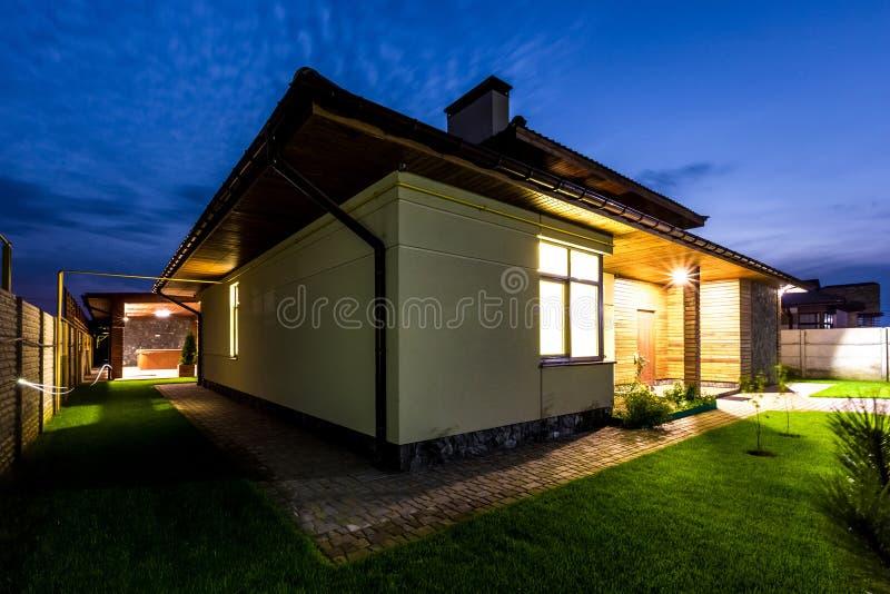 Oddzielny luksusu dom przy nocą - widok od outside fotografia royalty free