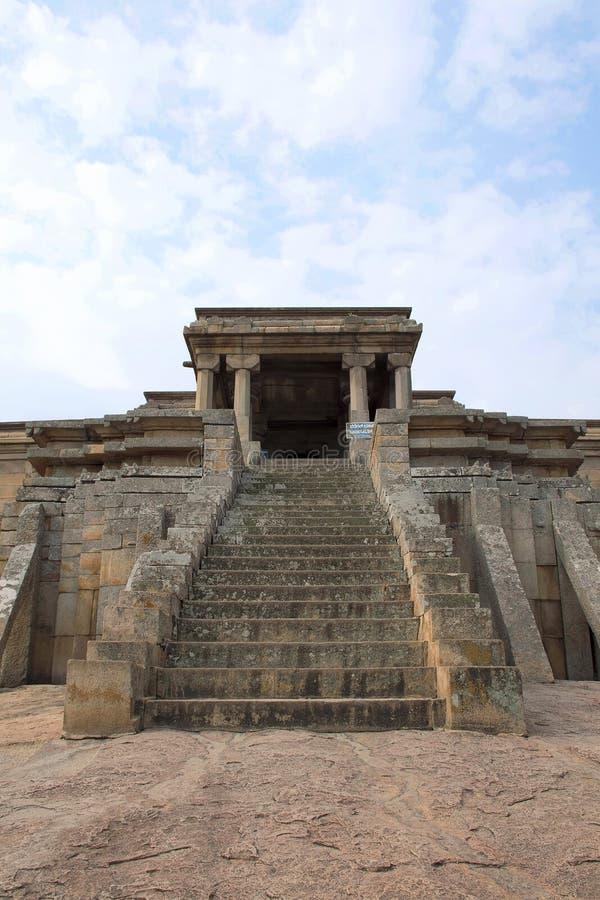 Odegal Basti lub basadi, Vindhyagiri wzgórze, Shravanbelgola, Karnataka Frontowy widok obrazy royalty free