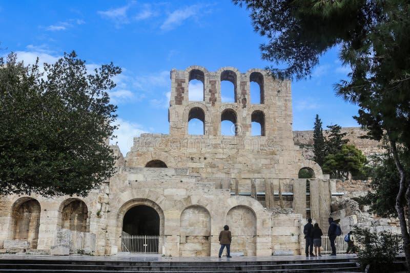 Odeon del Atticus de Herodes - ruinas del teatro romano por la acrópolis en Atenas Grecia con los turistas abajo foto de archivo libre de regalías