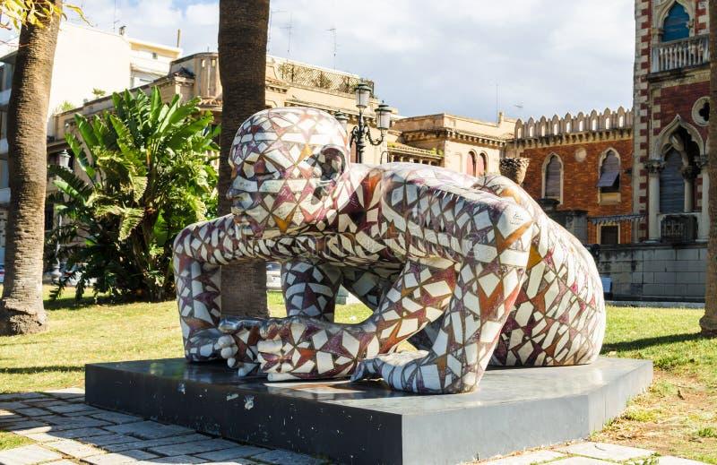 Odern skulptur av konstnären Paola Epifani Rabarama och Neo-gotiska den genoese-Zerbi stilvillan arkivbild