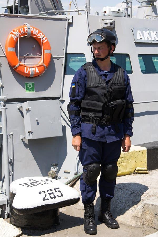 Odesa,乌克兰- 2016年7月03日:军事水手临近新的军舰'阿克曼' 庆祝乌克兰海军强迫天 图库摄影