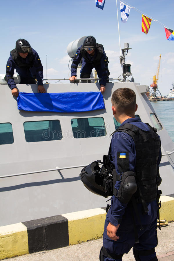 Odesa,乌克兰- 2016年7月03日:军事水手临近新的军舰'阿克曼' 庆祝乌克兰海军强迫天 库存照片