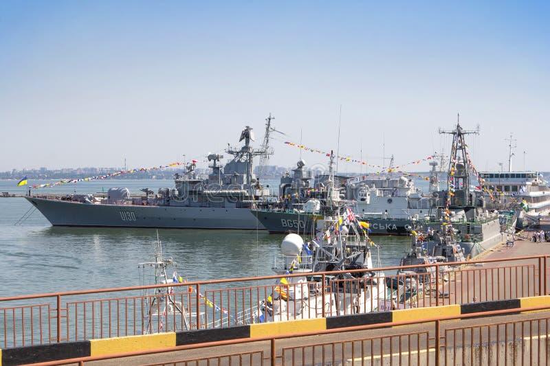 Odesa, Ukraine - 3. Juli 2016: Schlachtschiff HETMAN SAHAYDACHNY koppelte am Hafen während der Feiertag-MARINE-Kräfte an stockbilder