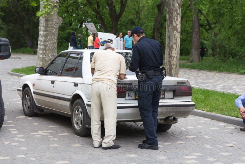 Odesa, Ukraine - 15. Mai 2016: Ukrainische füllende Dokumente des Polizeibeamten und des Fahrers stockfoto