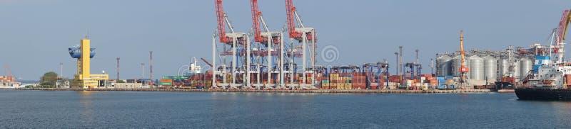 Odessa Commercial Sea Port och Marine Station Panorama- skott av den industriella delen av porten var den kranar anslutade laddad royaltyfri bild