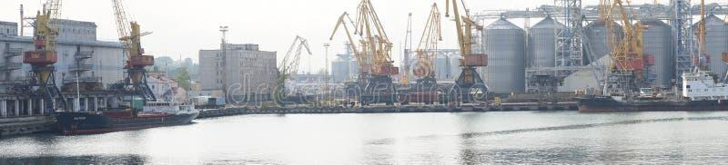 Odessa Commercial Sea Port och Marine Station Panorama- skott av den industriella delen av porten var den kranar anslutade laddad royaltyfria foton