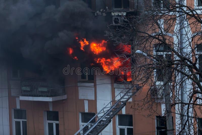 Odessa, de OEKRAÏNE - Dec 29, 2016: Een brand in een flatgebouw Sterk helder licht en clubs, het venster van rookwolken van hun stock foto's