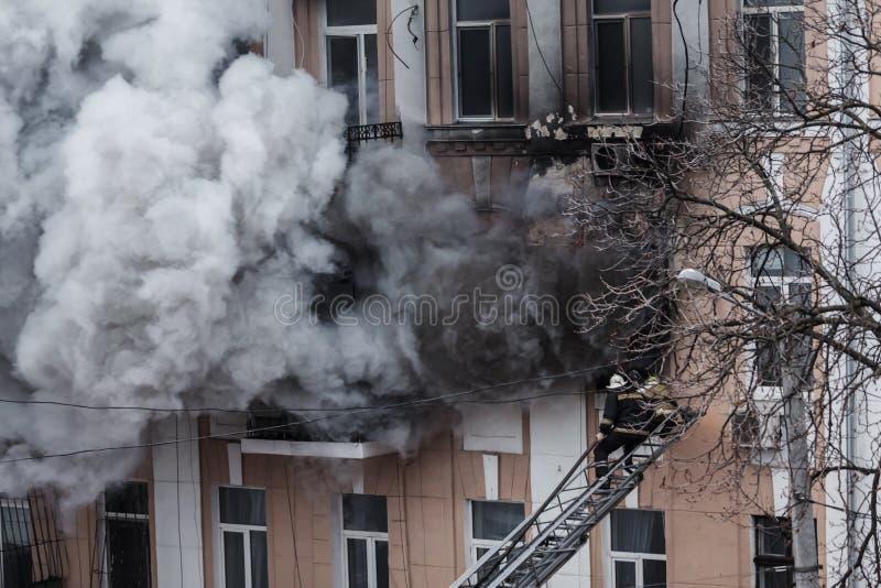 Odessa, de OEKRAÏNE - Dec 29, 2016: Een brand in een flatgebouw Sterk helder licht en clubs, het venster van rookwolken van hun royalty-vrije stock afbeelding