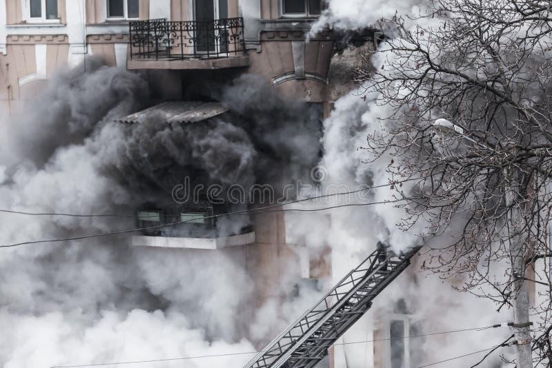 Odessa, de OEKRAÏNE - Dec 29, 2016: Een brand in een flatgebouw Sterk helder licht en clubs, het venster van rookwolken van hun royalty-vrije stock afbeeldingen