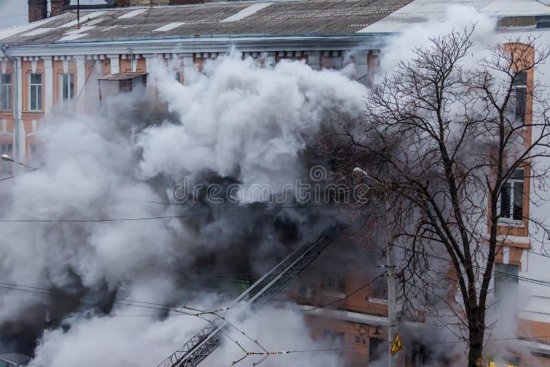 Odessa, de OEKRAÏNE - Dec 29, 2016: Een brand in een flatgebouw Sterk helder licht en clubs, het venster van rookwolken van hun royalty-vrije stock fotografie