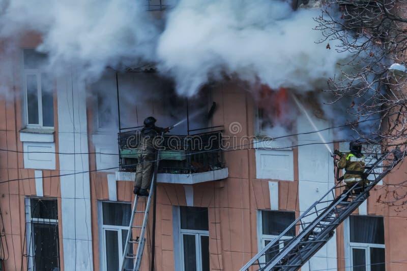 Odessa, de OEKRAÏNE - Dec 29, 2016: Een brand in een flatgebouw Sterk helder licht en clubs, het venster van rookwolken van hun stock afbeelding