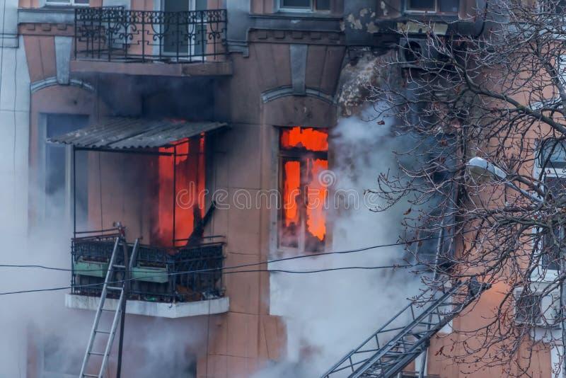 Odessa, de OEKRAÏNE - Dec 29, 2016: Een brand in een flatgebouw Sterk helder licht en clubs, het venster van rookwolken van hun stock foto