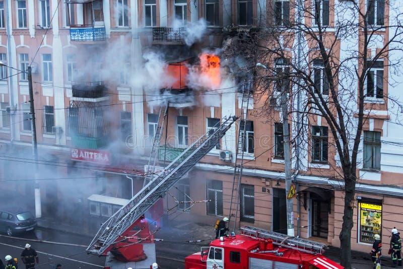 Odessa, de OEKRAÏNE - Dec 29, 2016: Een brand in een flatgebouw Sterk helder licht en clubs, het venster van rookwolken van hun stock fotografie