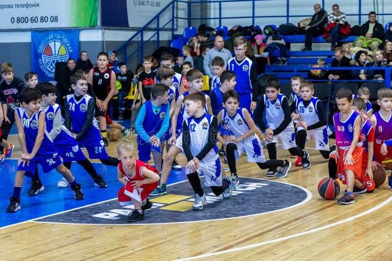 Odessa, de Oekraïne - December 23, 2018: de jonge kinderen spelen basketbal, deelnemen aan de sportencompetities van kinderen tij stock foto
