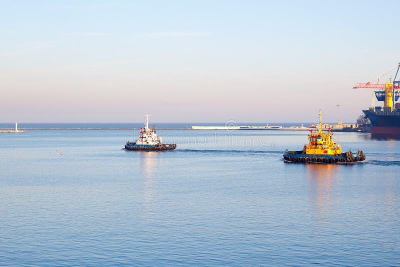 ODESSA, de OEKRAÏNE - JANUARI die 02, de sleepbootboot van 2017 de haven van Odessa verlaten royalty-vrije stock fotografie