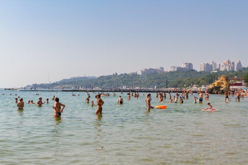 Odessa, de Oekra?ne - Juli 26, 2015: heel wat mensen in zwempakken in het zeewater Het strandleven Odessa, de Oekra?ne stock foto's
