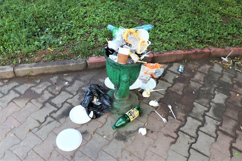 Odessa, de Oekra?ne Juni 2019 Volledige vuilnisbak, met ter plaatse geplaatst huisvuil royalty-vrije stock foto