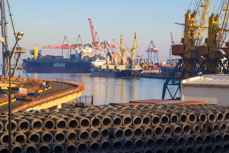 Odessa port morski z żurawiami i statkami obraz stock