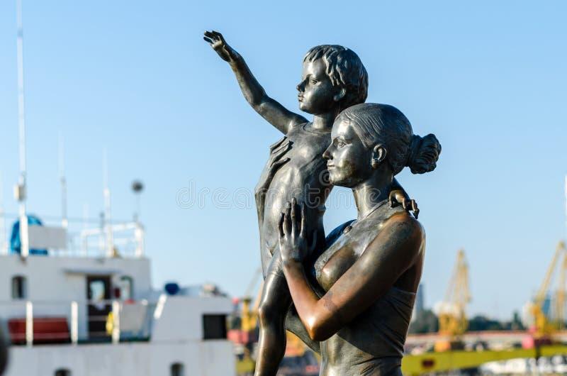 odessa seaport Monument till frun för sjöman` s ukraine Maj 2016 yellow för fjäder för äng för bakgrundsmaskrosor full royaltyfri fotografi