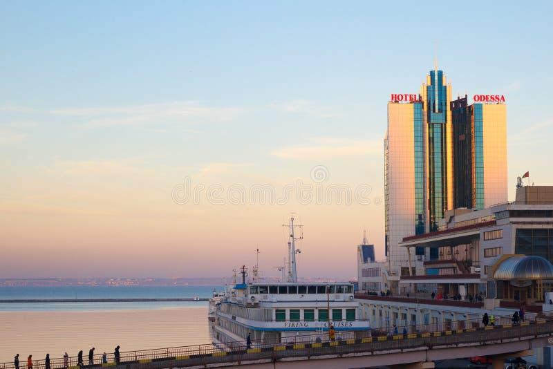 Odessa, Ucrânia - 2 de janeiro de 2017: Odessa Marine Station e o porto no por do sol fotografia de stock