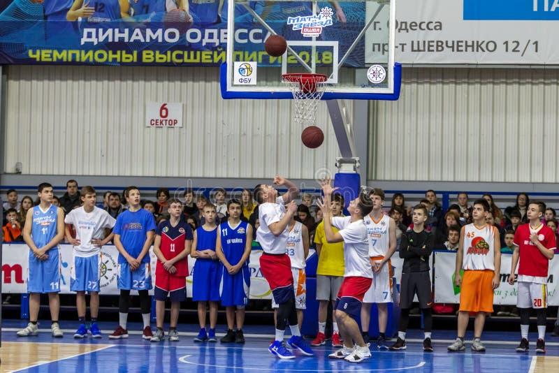 Odessa, Ucrânia - fevereiro 16, 2019: Liga da escola do basquetebol das crianças ostentando do feriado Os adolescentes jogam o ba fotografia de stock royalty free