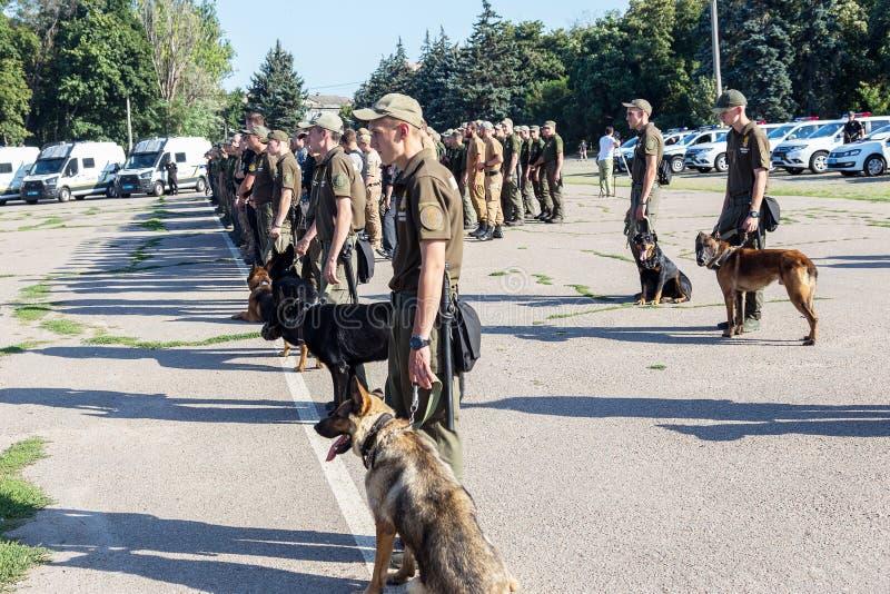 ODESSA, UCRÂNIA - 1º de agosto de 2018: As forças especiais da polícia ucraniana nos graus no combate completo formam com armas e imagem de stock royalty free