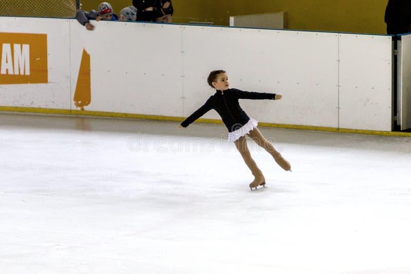 ODESSA, UCR?NIA -11 abril de 2019: Patinagem art?stica das jovens crian?as na arena do gelo do est?dio As meninas aprendem patina imagens de stock royalty free