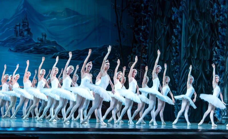 ODESSA, UCRÂNIA - 22 DE JULHO DE 2019: balé. Balé clássico no palco do Teatro Ópera de Odessa. Dançarinos de balé na dança imagens de stock