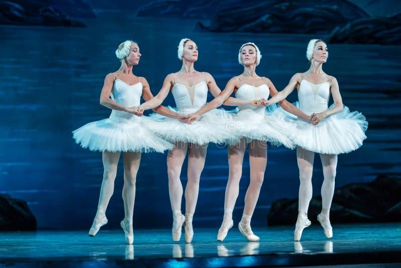 ODESSA, UCRÂNIA - 22 DE JULHO DE 2019: balé. Balé clássico no palco do Teatro Ópera de Odessa. Dançarinos de balé na dança imagens de stock royalty free