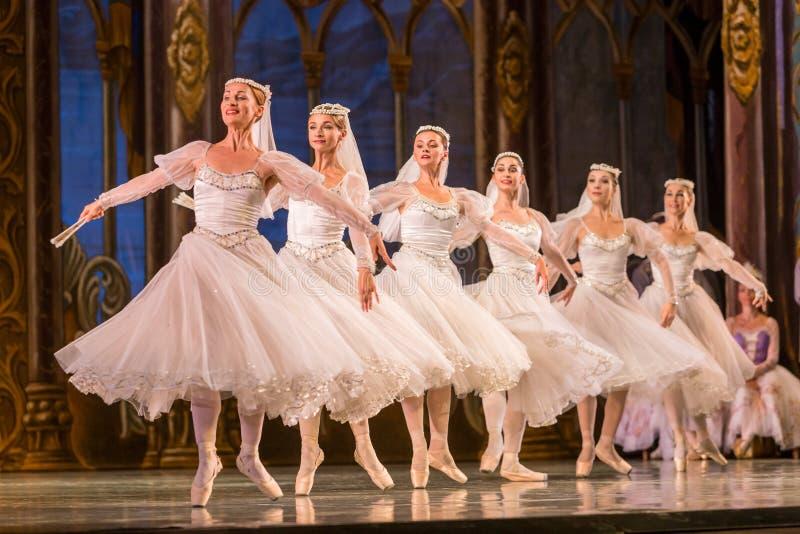 ODESSA, UCRÂNIA - 22 DE JULHO DE 2019: balé. Balé clássico no palco do Teatro Ópera de Odessa. Dançarinos de balé na dança fotografia de stock