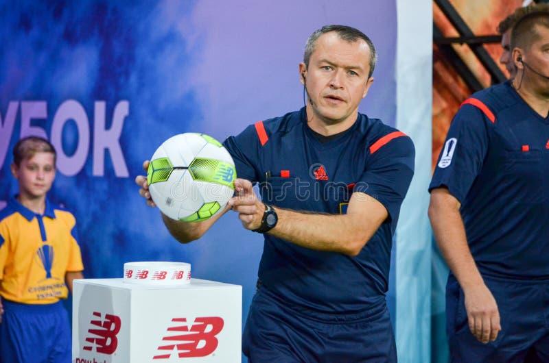 ODESSA, UCRÂNIA - 21 de julho de 2018: O árbitro toma a bola New Balance durante os finais do Supercup 2018 ucraniano no meio imagens de stock
