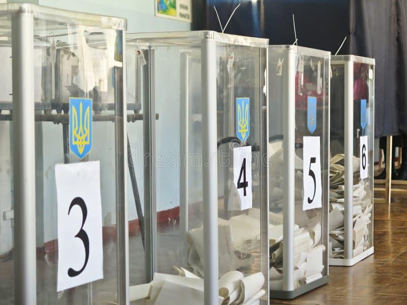 Odessa, Ucr?nia - 31 de mar?o de 2019: lugar para povos de eleitores de vota??o nas elei??es pol?ticas nacionais em Ucr?nia Urna  fotos de stock