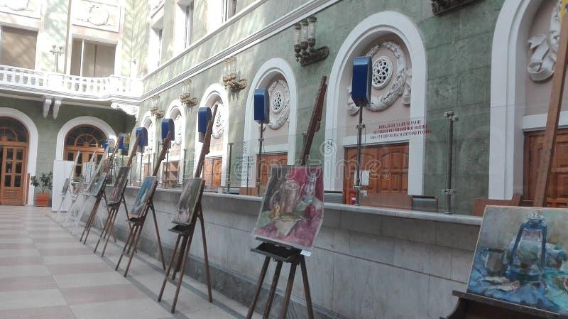 Odessa, Ucr?nia Vista da estação de correios principal, em que há uma exposição provisória das pinturas foto de stock