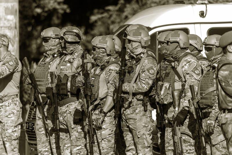 ODESSA, UCRAINA - 1° agosto 2018: Le forze speciali della polizia ucraina nella truppa nel combattimento completo si formano con  fotografia stock libera da diritti