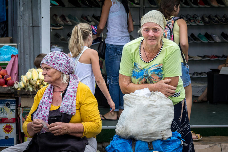 ODESSA, UCRAINA - 13 AGOSTO 2015: Donna anziana che vende le verdure sul mercato di Privoz, il mercato principale di Odessa, Ucra immagini stock libere da diritti