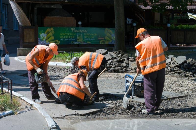Odessa, Ucraina 15 agosto 2015: - riparazione dei marciapiedi a dell'asfalto immagine stock libera da diritti