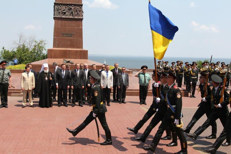 Odessa, Ucraina - 6 aprile 2011: Ministro degli affari esteri Russia Sergey Lavrov, visita ufficiale Ponendo i fiori alla fiamma  fotografie stock libere da diritti