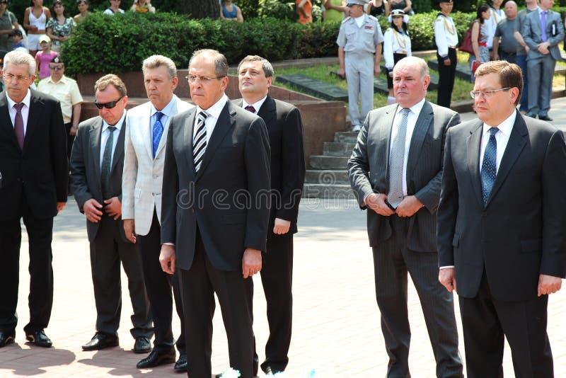 Odessa, Ucraina - 6 aprile 2011: Ministro degli affari esteri Russia Sergey Lavrov, visita ufficiale Ponendo i fiori alla fiamma  fotografia stock libera da diritti