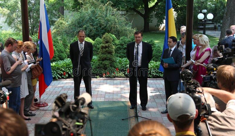 Odessa, Ucraina - 6 aprile 2011: Ministro degli affari esteri Russia Sergey Lavrov, visita ufficiale Ponendo i fiori alla fiamma  fotografie stock