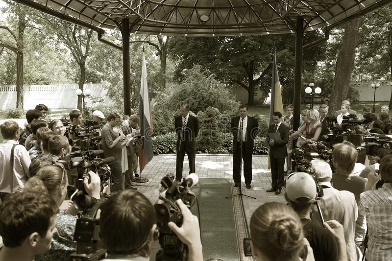 Odessa, Ucraina - 6 aprile 2011: Ministro degli affari esteri Russia Sergey Lavrov, visita ufficiale Ponendo i fiori alla fiamma  immagine stock libera da diritti