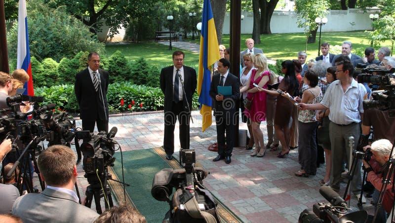 Odessa, Ucraina - 6 aprile 2011: Ministro degli affari esteri Russia Sergey Lavrov, visita ufficiale Ponendo i fiori alla fiamma  fotografia stock