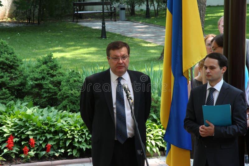 Odessa, Ucraina - 6 aprile 2011: Ministro degli affari esteri Russia Sergey Lavrov, visita ufficiale Ponendo i fiori alla fiamma  immagini stock