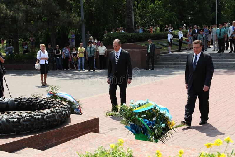 Odessa, Ucraina - 6 aprile 2011: Ministro degli affari esteri Russia Sergey Lavrov, visita ufficiale Ponendo i fiori alla fiamma  immagine stock