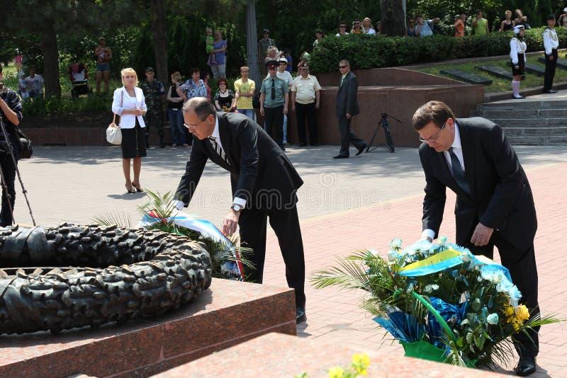 Odessa, Ucraina - 6 aprile 2011: Ministro degli affari esteri Russia Sergey Lavrov, visita ufficiale Ponendo i fiori alla fiamma  immagini stock libere da diritti