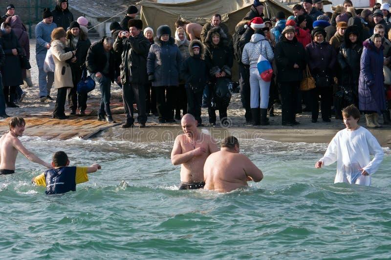 Odessa, Ucraina 19 gennaio 2012: --: Nuoto di Peopls in acqua ghiacciata Mar Nero durante l'epifania (battesimo santo) immagine stock libera da diritti
