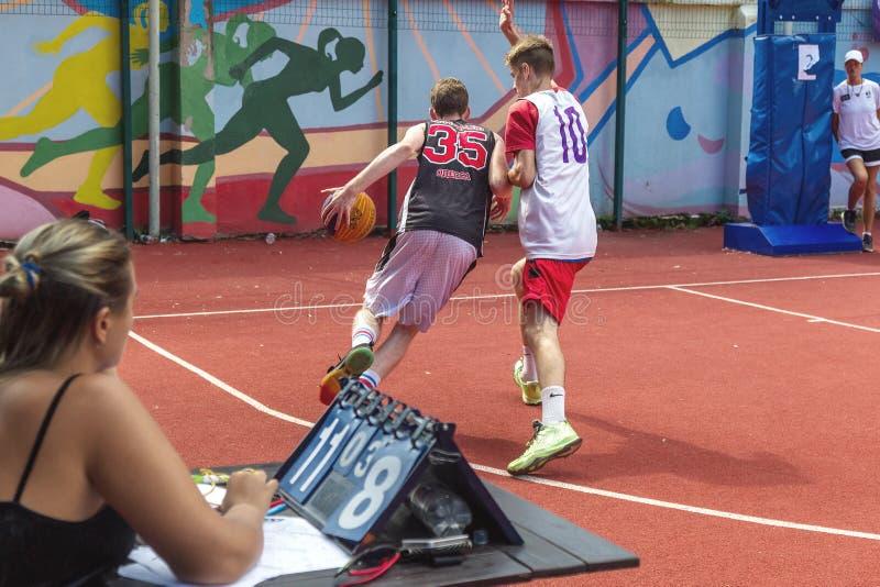 ODESSA, UCRAINA - 28 LUGLIO 2018: Pallacanestro del gioco degli adolescenti durante il campionato dello streetball 3x3 Basketba d immagine stock