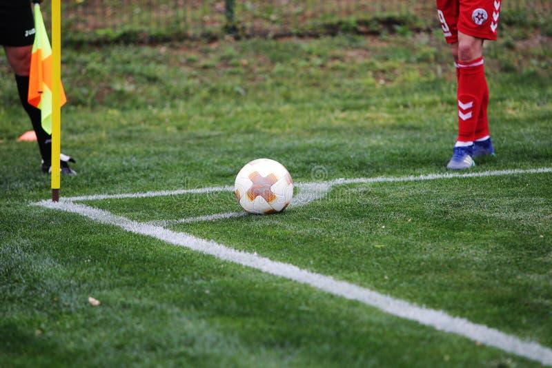 ODESSA, UCRANIA - CIRKA 2019: meta del fútbol del fútbol con un campo de hierba verde Golpee a un futbolista con el pie en la bol imagen de archivo libre de regalías