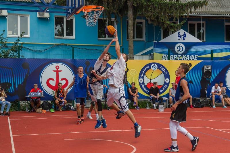 ODESSA, UCRANIA - 28 DE JULIO DE 2018: Baloncesto del juego de los adolescentes durante campeonato del streetball 3x3 Basketba de fotos de archivo