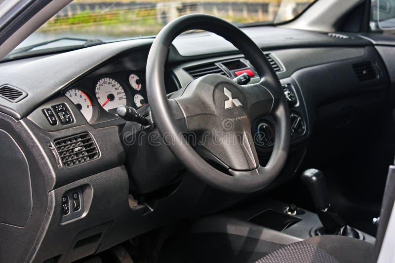 Odessa, Ucrania 4 de mayo de 2014 Sala de exposición del coche de Mitsubishi Servicio de lujo interior del coche Detalles del int imagen de archivo libre de regalías