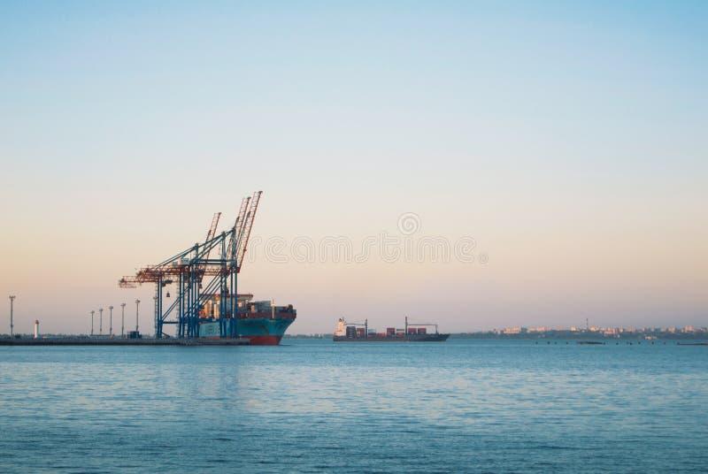 ODESSA, UCRANIA - 16 DE OCTUBRE DE 2017: Un buque de carga y un cargo grandes c imágenes de archivo libres de regalías